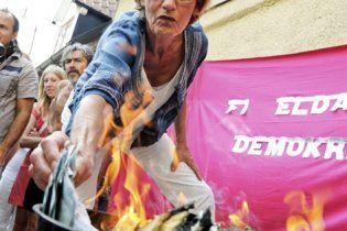Феміністки в Швеції спалили 10 тис євро, вимагаючи рівної оплати праці