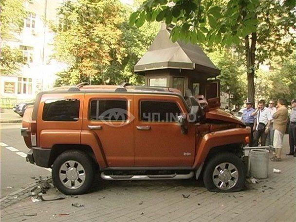"""У Києві """"Порше"""" і """"Хаммер"""" ледь не рознесли пост ДАІ"""