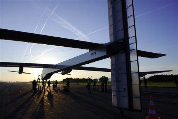 Перший у світі літак на сонячній енергії відправився у нічний політ