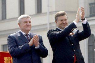 """Янукович """"помилував"""" міністра оборони"""