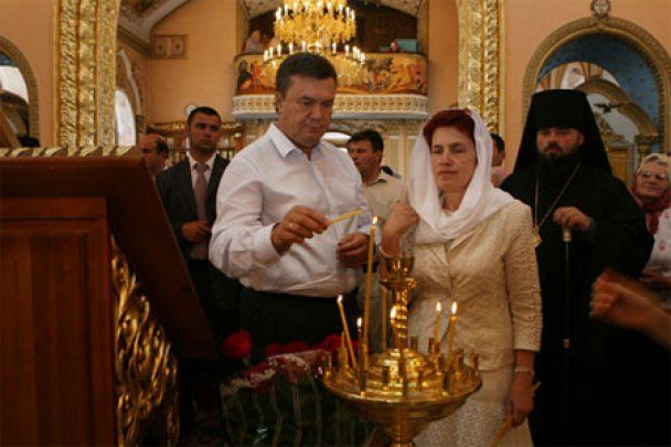 Бывшие соседи Януковича: Люда всегда провожала Виктора до лифта