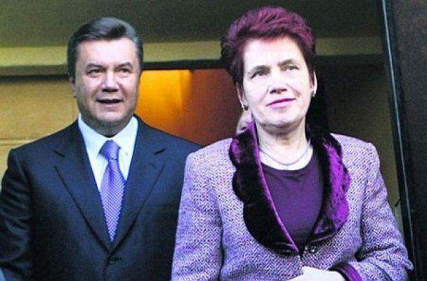 "Пока Янукович был в Давосе, его жена ""оживляла культуру"" на Луганщине"
