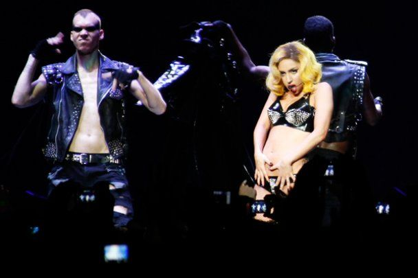 Lady GaGa надела на шоу трусы, сделанные из писем фанов