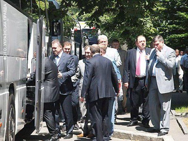 Депутати приїдуть на День народження Януковича автобусами