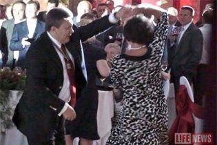 На своем юбилее Янукович танцевал с женщинами под Киркорова (видео)