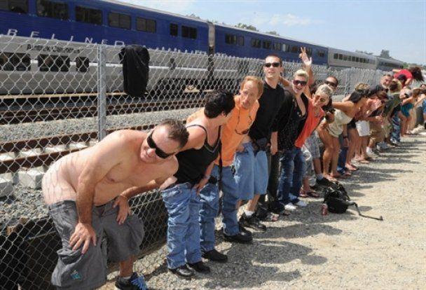У Каліфорнії десятки тисяч людей показали потягам голі сідниці