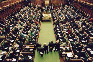 Британські парламентарі приймали бюджет після 6-годинної пиятики
