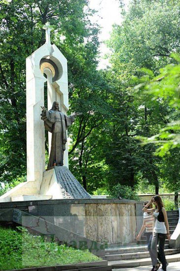 В Івано-Франківську вандали поглумилися над статуєю Ісуса Христа