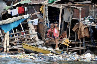 Потужний тайфун викинув на узбережжя Філіппін 6 кораблів