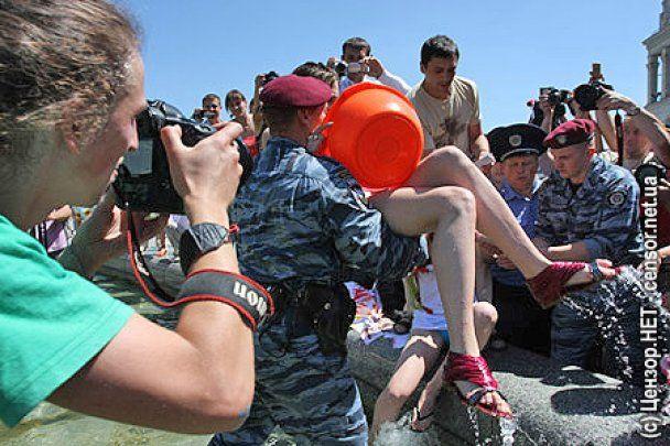 """Беркут"" арестовал активисток FEMEN"