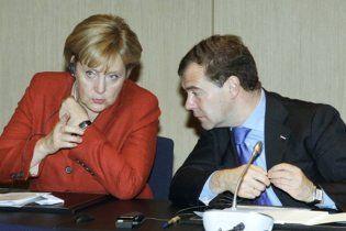 Меркель предостерегла НАТО от слишком интенсивного сближения с Россией