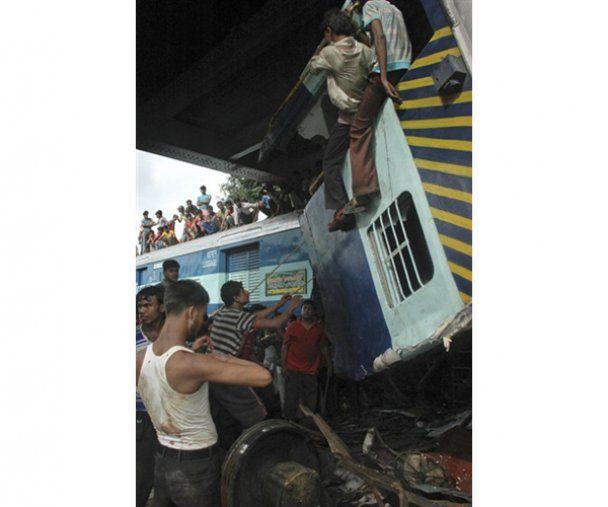 В Індії зіткнулися два пасажирські потяги: більше 50 жертв