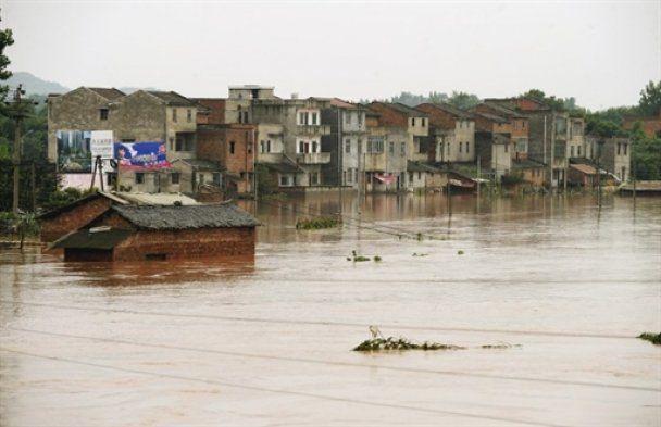 В результате стихии в Китае десятки человек погибли, около сотни пропали без вести