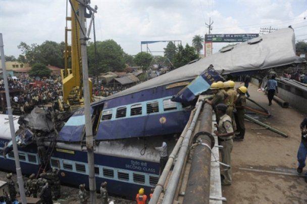 На місці залізничної катастрофи в Індії знайшли живою дворічну дитину