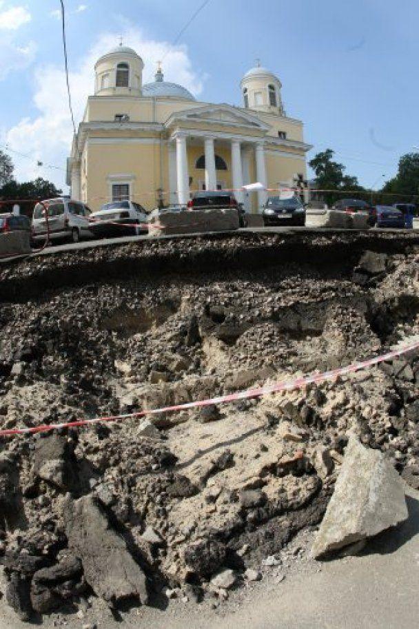 У центрі Києва обвалилася стіна через зсув ґрунту