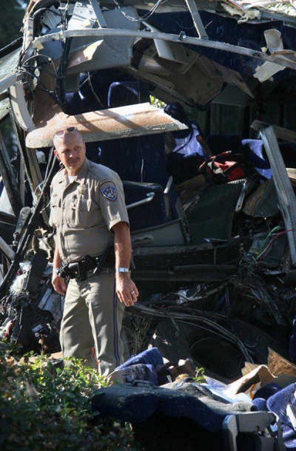 В США пассажирский автобус врезался в бетонный забор: 6 человек погибло