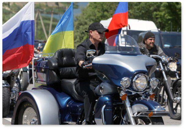 """Путін проїхався Севастополем на """"Харлеї"""" й заговорив українською"""