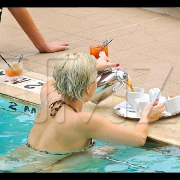 Lady GaGa розважилась із коханим в басейні
