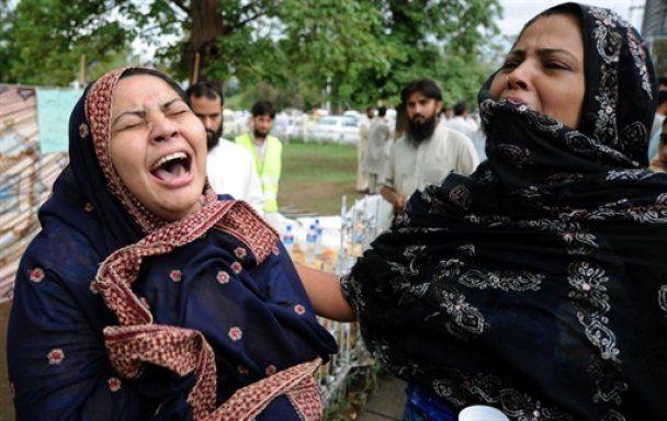 Из-под обломков пакистанского самолета извлекли более 90 тел погибших
