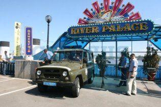 С киевской набережной отбуксировали ресторан River Palace