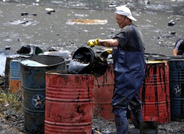 Китай пообещал России выловить все бочки с химикатами