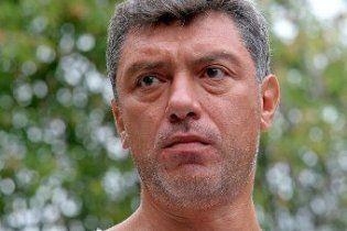 На машину Нємцова кинули унітаз