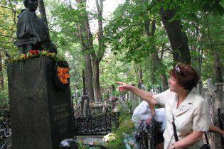 У Києві під річницю смерті обікрали могилу Лесі Українки