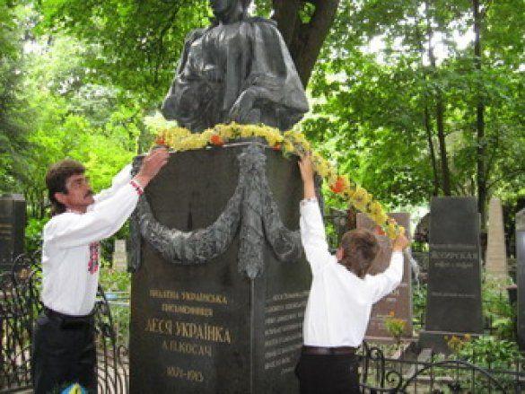 Пам'ятник на могилі Лесі Українки
