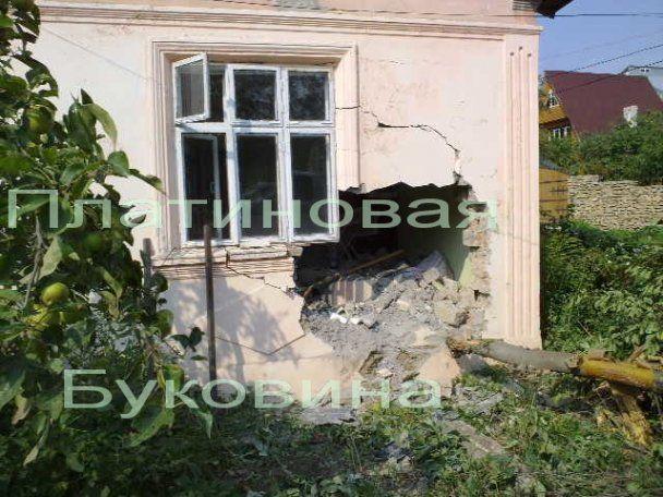 У Чернівцях джип протаранив житловий будинок