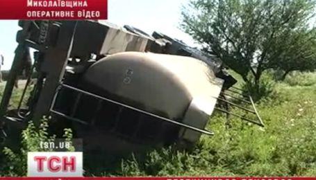 На Миколаївщині перекинувся бензовоз