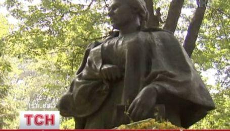 Вандали сплюндрували надгробок Лесі Українки
