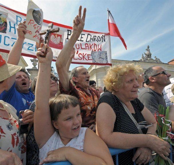 У Варшаві прихильники Леха Качинського побилися з поліцією за хрест