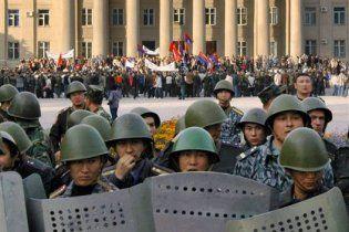 К Бишкеку прорываются сторонники оппозиции с оружием