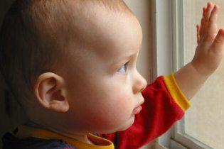МОЗ просить не засмагати і стерегти дітей біля вікон