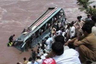 У Пакистані автобус впав у річку, загинули не менше 20 людей