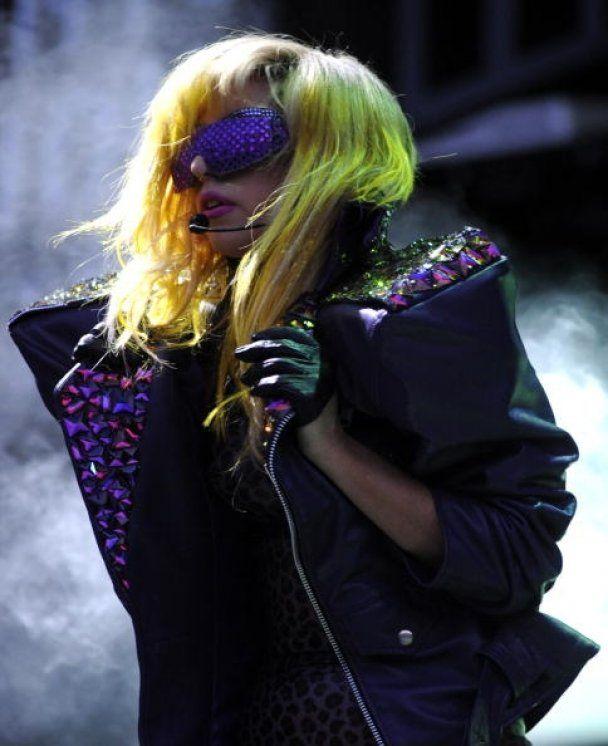Lady GaGa прыгнула в толпу фанов