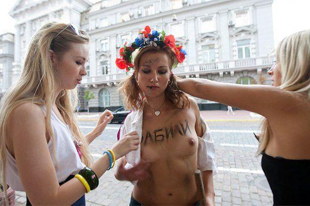 FEMEN провів топлес-акцію під стінами СБУ