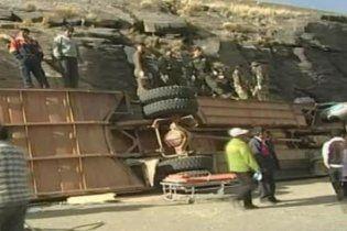14 человек погибли при столкновении автобуса со скалой в Боливии