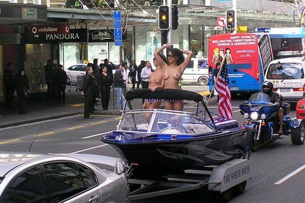 """Парад порноактрис """"Boobs on Bikes"""" у Новій Зеландії"""