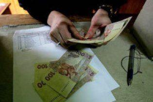 Азаров не будет повышать зарплаты госслужащим