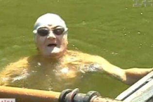 Пенсионер проплыл 5 км. со связанными руками (видео)