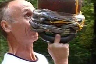 53-летний житель Львова жонглировал гирей (видео)
