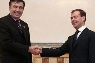 Саакашвили предлагает Медведеву прекратить огонь