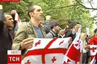 В мире пикетируют российские посольства (видео)