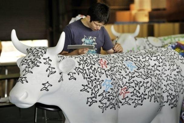 Художник разрисовывает коров для парада (фото)