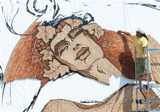 Художник выкладывает картину из 300 000 пробок (фото)