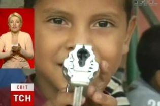 В Венесуэле у детей забирают оружие (видео)