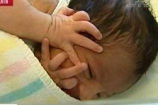 Женщина родила на борту самолета (видео)