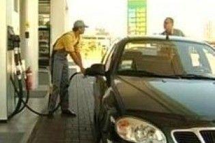 """На украинских заправках продают """"левый"""" бензин (видео)"""