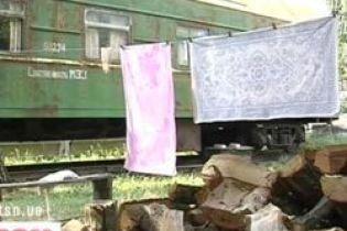 Семья живет в железнодорожном вагоне (видео)